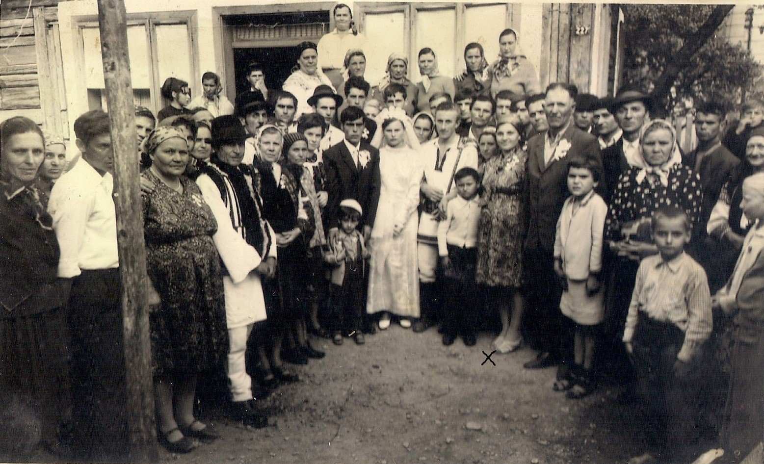 Mama (X), la o nuntă în sat; în spatele ei, tata.