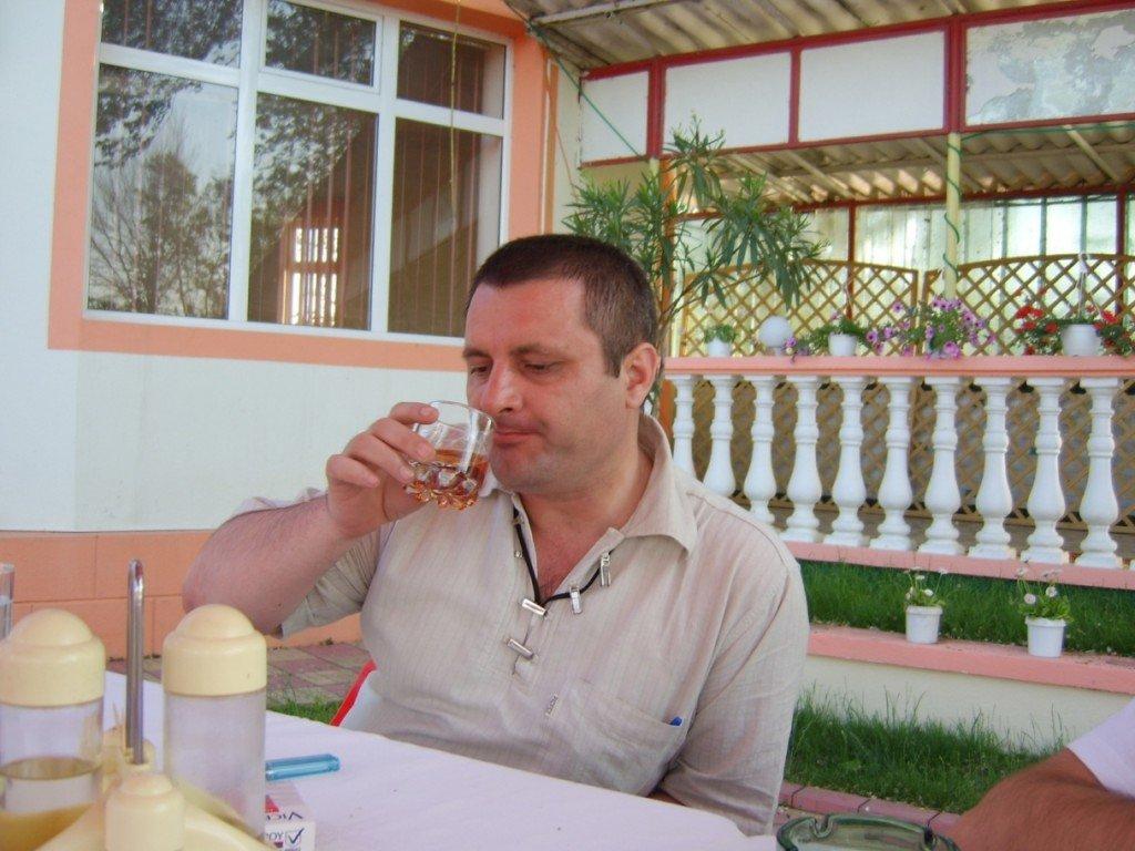 Ani și ani mai târziu, la un coniac românesc