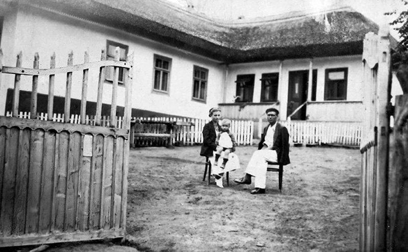 Paul Goma și părinții în curtea casei-școală din Mana