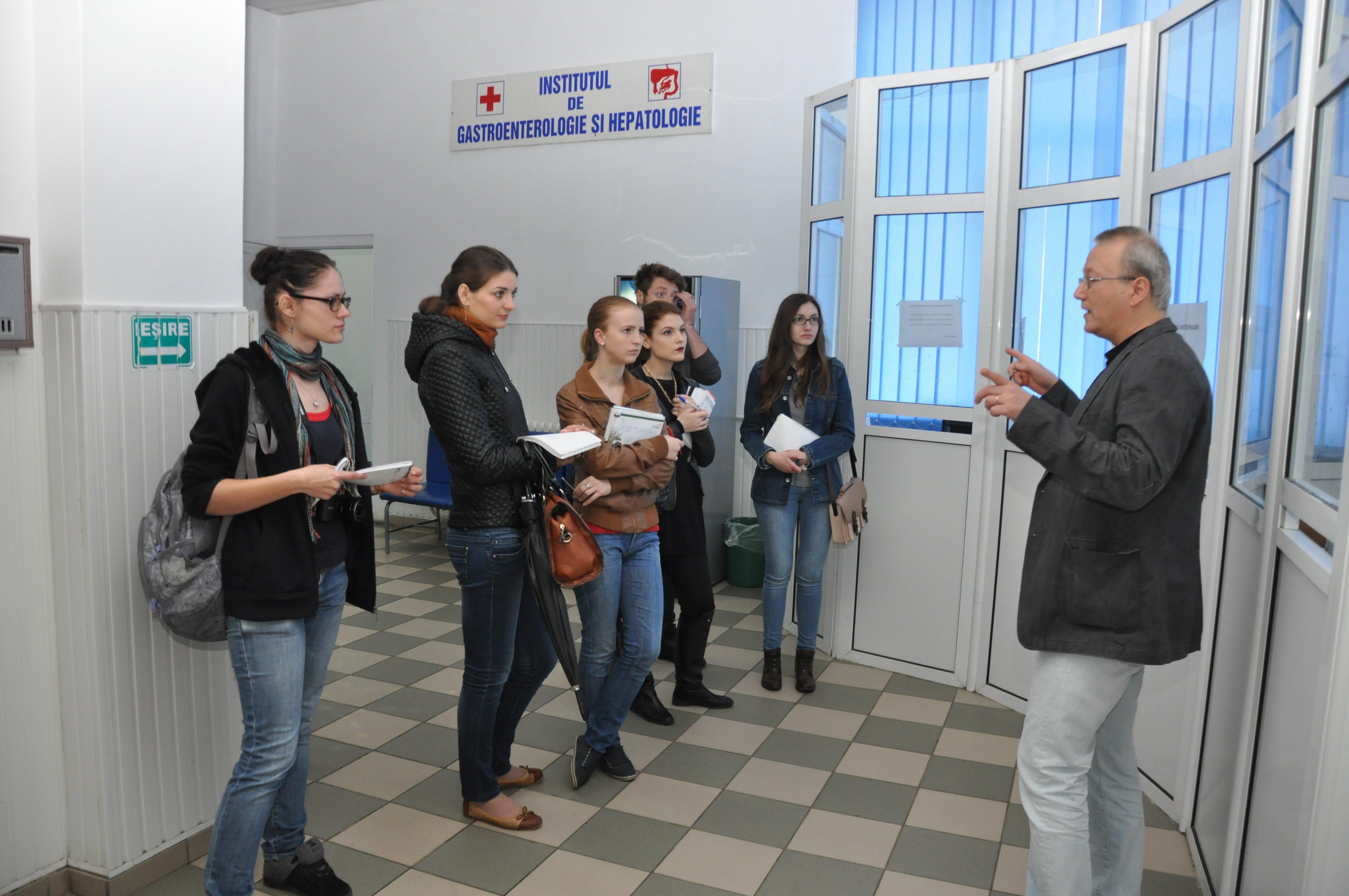 Cursanții de la Reportaj în documentare la Institutul de Gastroenterologie și Hepatologie Iași, sub bagheta maestrului Răzvan Constantinescu