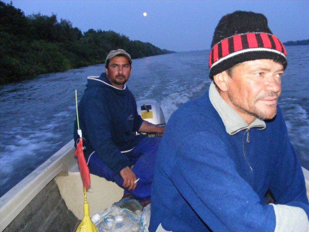 Paul și Ermil pornind amândoi pescuitul foametei în Delta Dunării (Foto: V. Ilișoi)