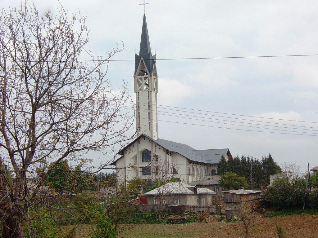 Biserica cea nouă din Nisiporești sparge cerul cu turla ei ascuțită, vizibilă din toate satele dimprejur