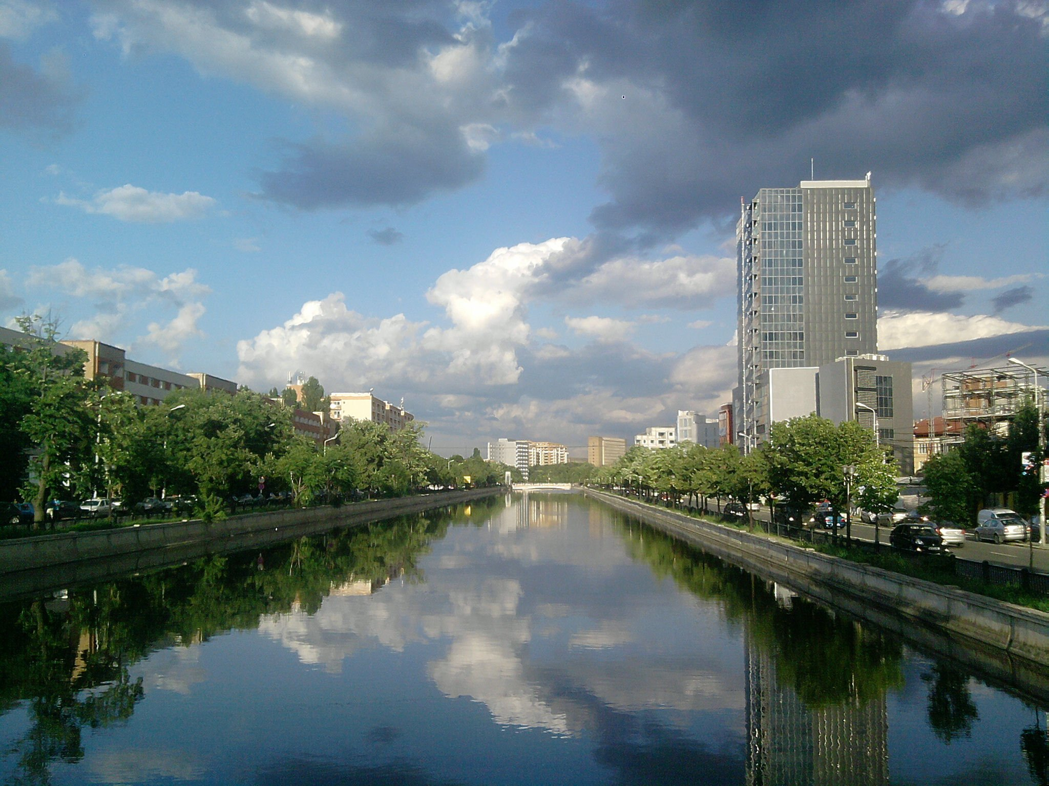 Dâmbovița prin București. Vedere dinspre Podul Ciurel (Foto: Wikipedia)
