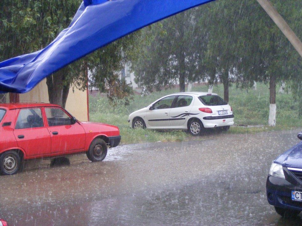 O ploaie torențială a distrus culturile sătenilor. Pământurile norocosului primar au fost ocolite de potop.